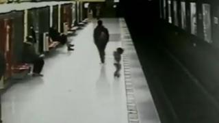 Dramatic! Copil de 2 ani, salvat în ultima clipă de pe şine