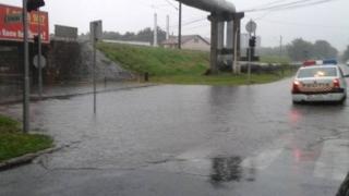 Circulația rutieră, blocată pe mai multe drumuri, din cauza ploilor
