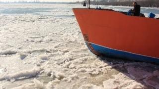 Dunărea, plină de sloiuri. Pe brațul Măcin s-a format pod de gheață