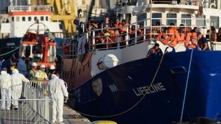 După ce au plutit şase zile, migranţii salvaţi de Lifeline, împărţiţi între 9 state ale UE şi căpitanul la judecată
