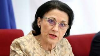 Andronescu, demisă de la Educaţie după declaraţia privind autostopul