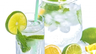 Mașinile de cuburi de gheață, echipamente frigorifice esențiale pentru aceste băuturi!