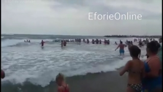 Lanţ uman la Eforie pentru salvarea a două surori din valurile uriaşe