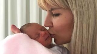 Fotografia postată de Elena Udrea, cu fiica sa, în timp ce se află în închisoare în Costa Rica