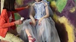 O fetiță de 11 ani obține zeci de mii de dolari din picturi vii