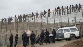 Frontiera enclavei spaniole Melilla, luată cu asalt de peste 300 de emigranți