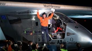 Avionul Solar Impulse 2 a încheiat cu succes zborul în jurul lumii