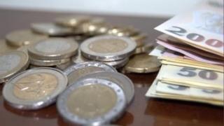 Euro a înregistrat luni o scădere