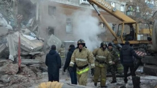Clădire prăbuşită în urma unei explozii în Rusia. Zeci de oameni daţi dispăruţi