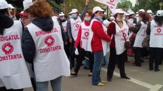 Sindicaliștii protestează în fața Prefecturii Constanța