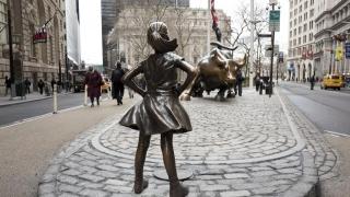 O fetiță sfidează taurul de pe Wall Street