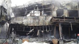 Focar în zona centrală, la Bamboo, la aproape trei zile după incendiu
