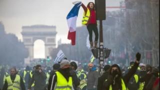 A CEDAT! Guvernul francez va renunța la majorarea taxei pentru carburanți