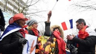 """Câteva mii de """"fulare roşii"""" au defilat la Paris pentru """"a apăra democraţia şi instituţiile"""""""