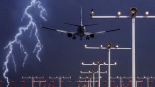 Aeronavă TAROM, lovită de fulger