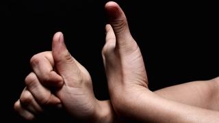 Funcționari, medici şi profesori, obligați să învețe limbajul surdo-muților?