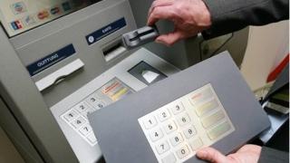 Patru persoane bănuite de furturi din bancomate, la audieri