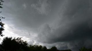 PROGNOZA METEO: Serile vor fi dominate de furtuni puternice