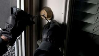 Gașcă de spărgători de locuințe, reunită după gratii