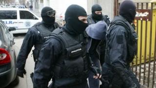 Sute de polițiști, mobilizați pentru percheziții la spărgători de locuințe