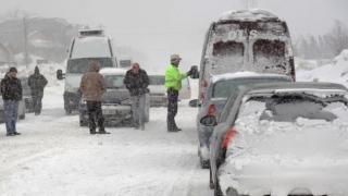 Circulație îngreunată la Obârșia Lotrului. Mașini blocate în zăpadă