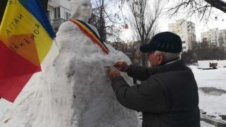Îl iubeşte pe Eminescu şi i-a sculptat bustul, în zăpadă! Are 77 de ani şi vrea să-i înveţe istorie pe copiii din cartier