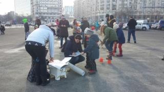 Protest cu copii în Piaţa Victoriei din Capitală