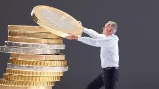 Un sfert dintre români plătesc facturile cu bani împrumutați