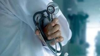 A fost descoperit încă un medic fals. Cum l-au depistat poliţiştii