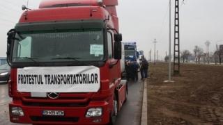 Transportatorii protestează din nou. Cozi uriaşe pe centurile ocolitoare