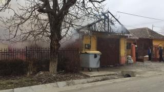 Alertă într-o comună constănțeană! O casă a luat foc!