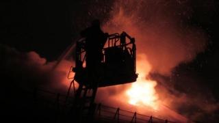 Acoperișul unei biserici a luat foc după ce a fost lovit de trăsnet