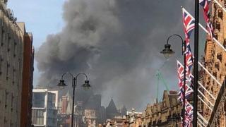 Incendiu puternic! 15 maşini de pompieri şi 97 de specialişti luptă cu flăcările