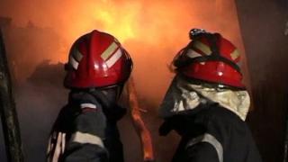Acoperișul unei case a fost cuprins de flăcări, în Constanța