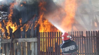 Incendiu puternic la Pecineaga! O casă a fost cuprinsă de flăcări!
