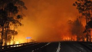 Sute de turişti, salvaţi după izbucnirea mai multor incendii într-un parc naţional australian