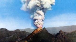 Incendiu pe un versant al Vezuviului. Multe gospodării, evacuate