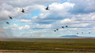 """Înconjurat de arme de ultimă generaţie, Putin declară: """"Rusia este un stat iubitor de pace"""""""