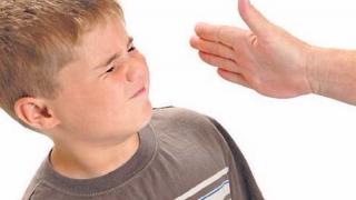 Incredibil! 1 din 2 părinți cred că lovirea este pentru binele copilului