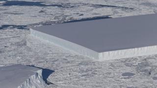 """Inexplicabil? Un aisberg cu laturi perfect """"tăiate"""", pluteşte în Marea Weddell"""