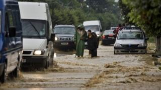 Trafic rutier deviat pe DN 7 după ce râul Olt a inundat o porțiune de șosea