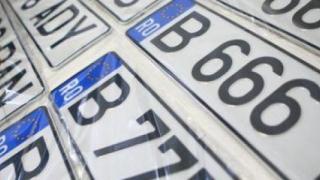 Sute de persoane la coadă la înmatriculări auto, în mai multe oraşe din ţară