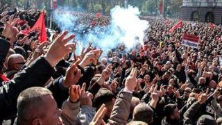 Insurecție violentă, cu polițiști răniți și gaze lacrimogene, la Tirana