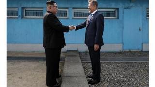 Întâlnire istorică la linia de demarcaţie a Peninsulei Coreea! Primul pas, făcut de Kim Jong Un
