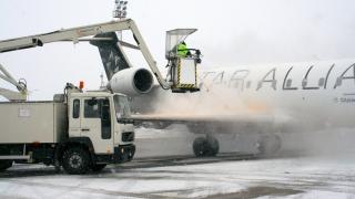 Întârzieri la decolare pe aeroporturile bucureștene pentru degivrare