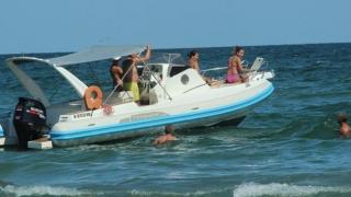 Interzisă plimbarea cu ambarcațiuni cu motor printre înotători!