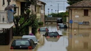 Cel puțin cinci persoane au murit în intemperiile care afectează nord-estul și centrul Italiei
