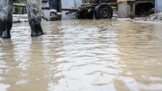 Zeci de locuinţe afectate de inundaţii într-un sat sibian