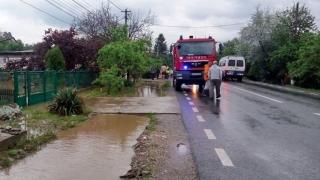Şapte judeţe şi Capitala, afectate de ploi abundente! Peste 2.800 de pompieri militari au intervenit