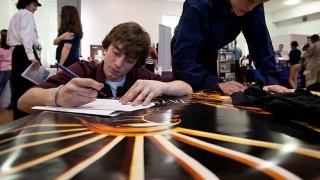 Studiu: Tinerii au așteptări prea mari de la primul job și vor promovare rapidă